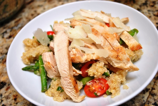 Lemon quinoa salad with asparagus and tomatoes + chicken
