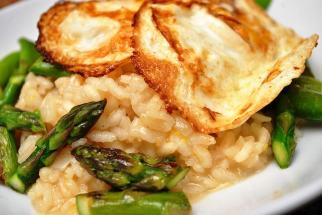 Lemon asparagus risotto with fried egg